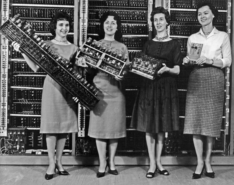 ENIAC_scientists_holding_various_parts_of_the_computer-800x634