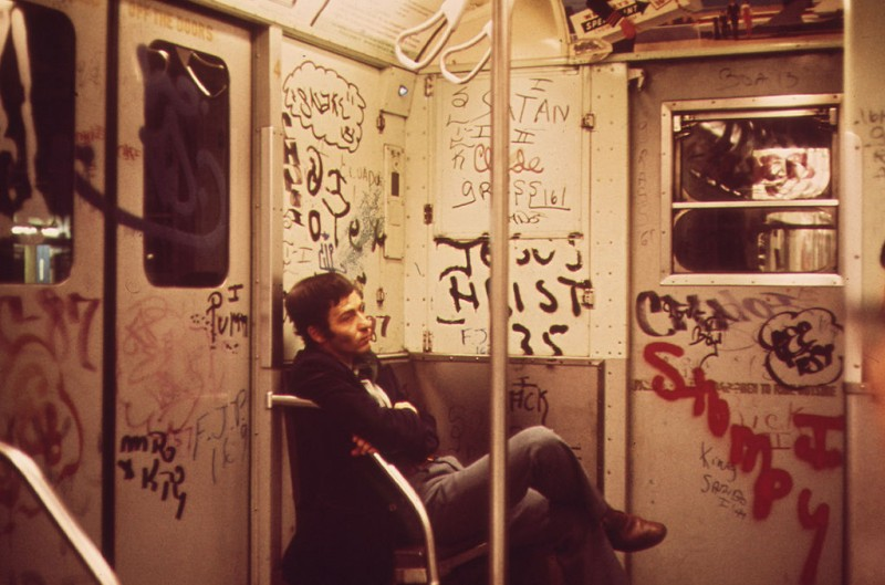 1024px-Heavily_tagged_subway_car_in_NY-800x529
